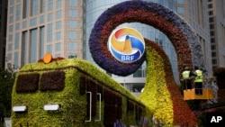 """工人在北京修建火車形狀的花草,宣傳即將召開的""""一帶一路""""高峰論壇。(2019年4月23日)"""