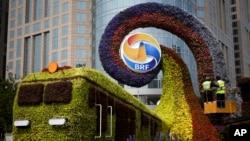 """在2019年4月23日举行""""一带一路""""论坛之际北京街头布置的花坛。"""