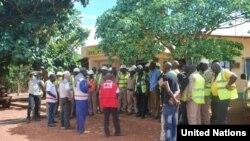 L'OMS et la Croix-Rouge, sensibilisant des Guinéens aux dangers présentés par le virus à Ebola (Nations Unies)