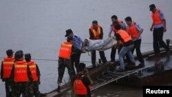 Nhân viên cứu hộ đưa thi thể nạn nhân lên từ chiếc tàu bị lật chìm trên sông Dương Tử.