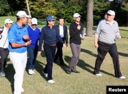Trump (direita) conversa com Abe (quarto à direita) e o golfista profissional Hideki Matsuyam (esquerda) no Kasumigaseki Country Club