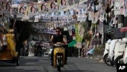 Áp phích bầu cử trên đường phố ngoại ô thành phố Quezon, phía bắc Manila, Philippines.