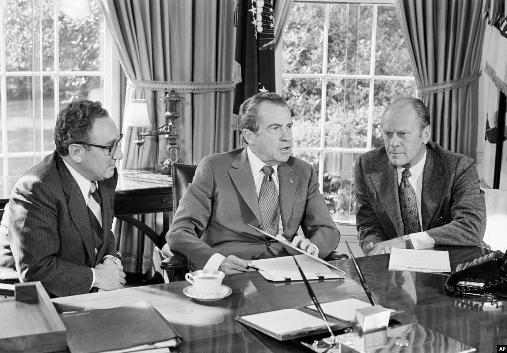 1973年10月13日,美國總統尼克松,被提名為副總統的福特和國務卿基辛格在總統辦公室交談