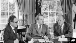 当时的副总统候选人福特(右)和国务卿基辛格正在白宫倾听美国前总统尼克松(中)的讲话。(1973年10月13日)
