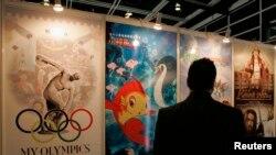 参观者在中国国际电视公司举办的香港影视娱乐博览会上欣赏电视海报。