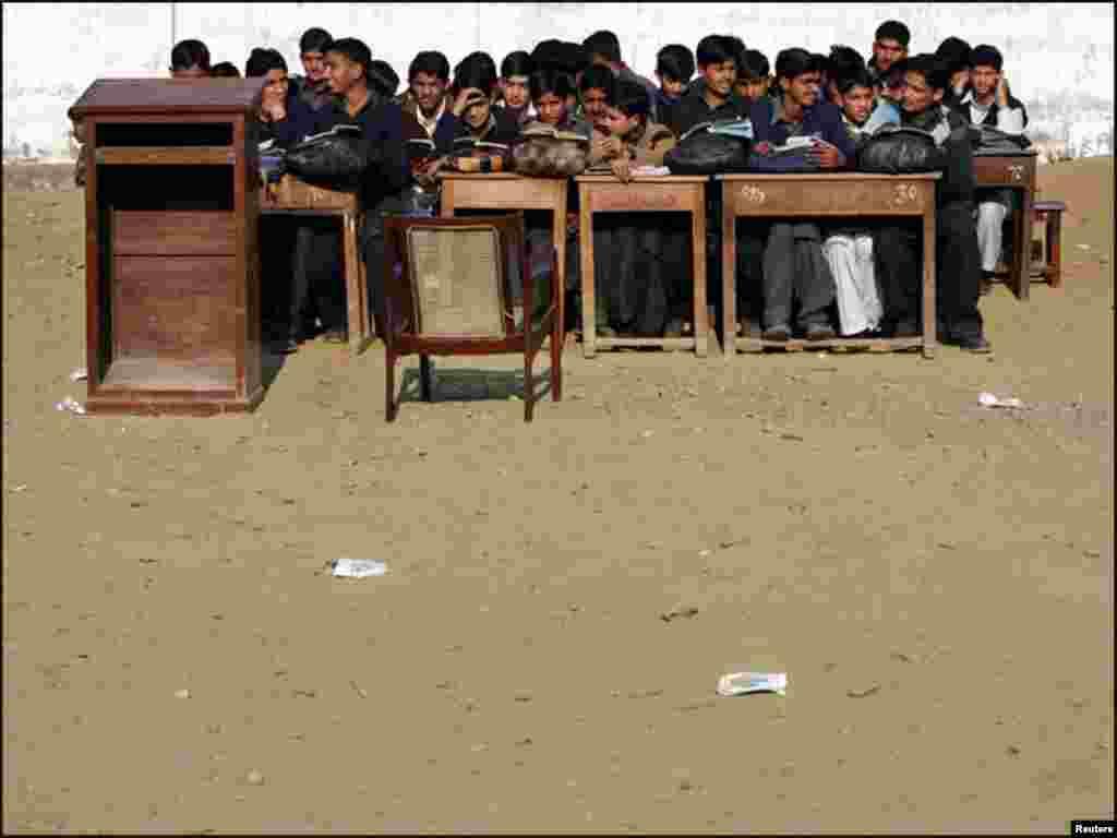 پاکستان، چند برس قبل آنےوالے زلزلے کے بعد مظفر آباد میں طلباء کھلے آسمان تلے پڑھ رہے ہیں۔