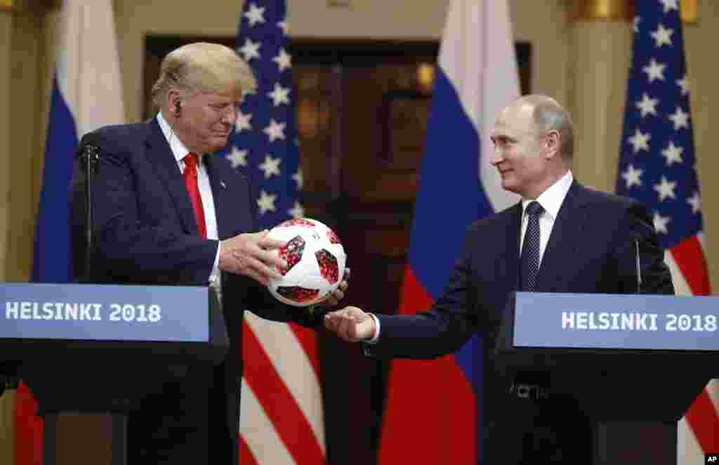 16 июля 2018  Третья по счету встреча американского и российского президентов запомнилась необычным подарком главе Белого дома. Во время встречи в Хельсинки на вопрос журналиста, за кем сейчас инициатива в Сирии, Путин подарил Трампу футбольный мяч, заявив, что «мяч теперь на его стороне». Трамп передал подарок Путина своей жене Мелании, добавив, что мяч достанется их сыну Бэррону.  Подарок Путина стал отсылкой к чемпионату мира по футболу-2018, который проводился в России, а также к ЧМ-2026, который будет проводиться сразу в трех странах – США, Канаде и Мексике.