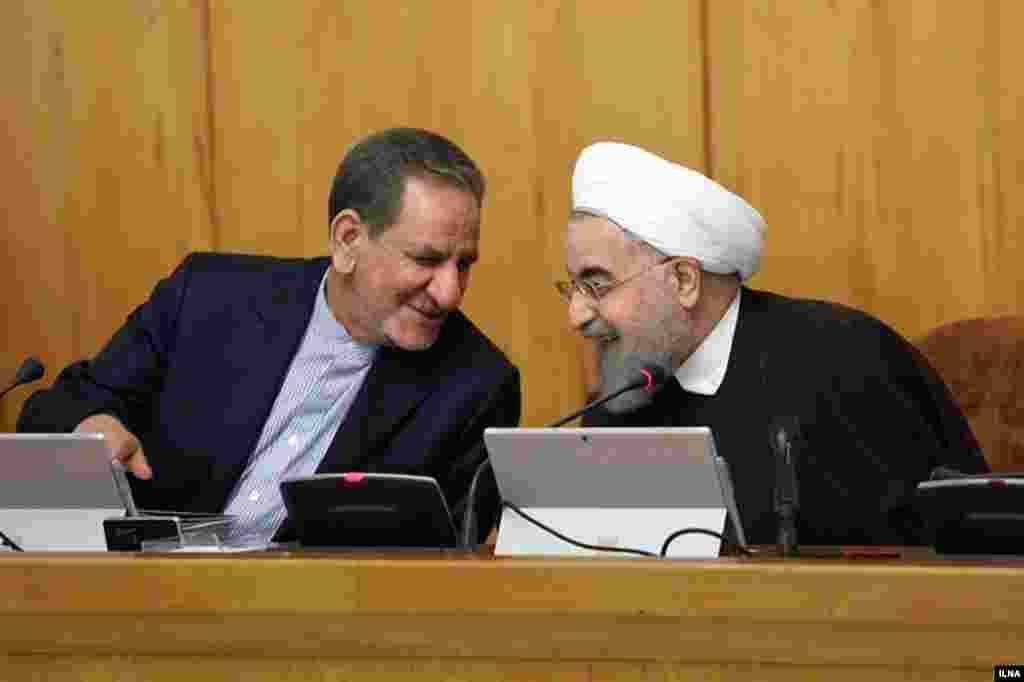 خوش و بش حسن روحانی و اسحاق جهانگیری. آنها جمعه پیروز انتخابات شدند. جهانگیری برای دفع حملات قالیباف به عرصه آمد و بعد کنار رفت. عکس: مهدی نصیری