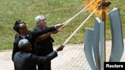 Moussa Faki Mahamat, presidente de la Comisión de la Unión Africana, Paul Kagame, Presidente de Ruanda, Jeannette Kagame y el presidente de la Comisión Europea, Jean-Claude Juncker, encienden la llama de la esperanza durante la conmemoración del 25 aniversario del genocidio.
