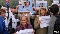 Tuần hành ủng hộ luật sư Lê Quốc Quân tại Hà Nội, ngày 18 tháng 2 năm 2014. (Ảnh: Marianne Brown -VOA)
