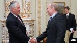 Глава ExxonMobil Рекс Тиллерсон и премьер-министр России Владимир Путин