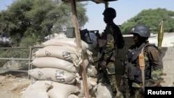 ARCHIVES-Des éléments des Forces spéciales camerounaises montent la garde sur le pont Elbeid à Fotokol,le 17 février 2015.