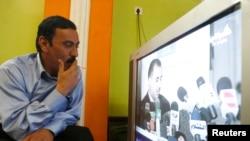 Seorang warga menonton siaran TV di Baghdad, Irak (foto: dok). Irak melarang siaran al-Jazeera dan sembilan televisi satelit lainnya.