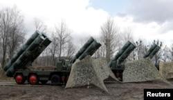 지난 3월 러시아 칼리닌그라드 시 그바르데이스크 마을 외곽 군 기지에 방공미사일 S-400이 배치돼 있다.