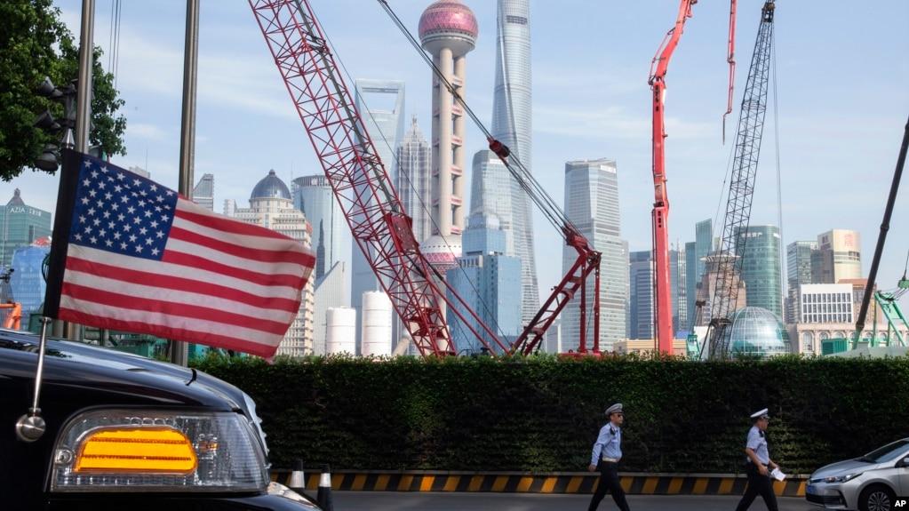 在上海街头停着飘着美国国旗的大使馆汽车。(2019年7月30日)
