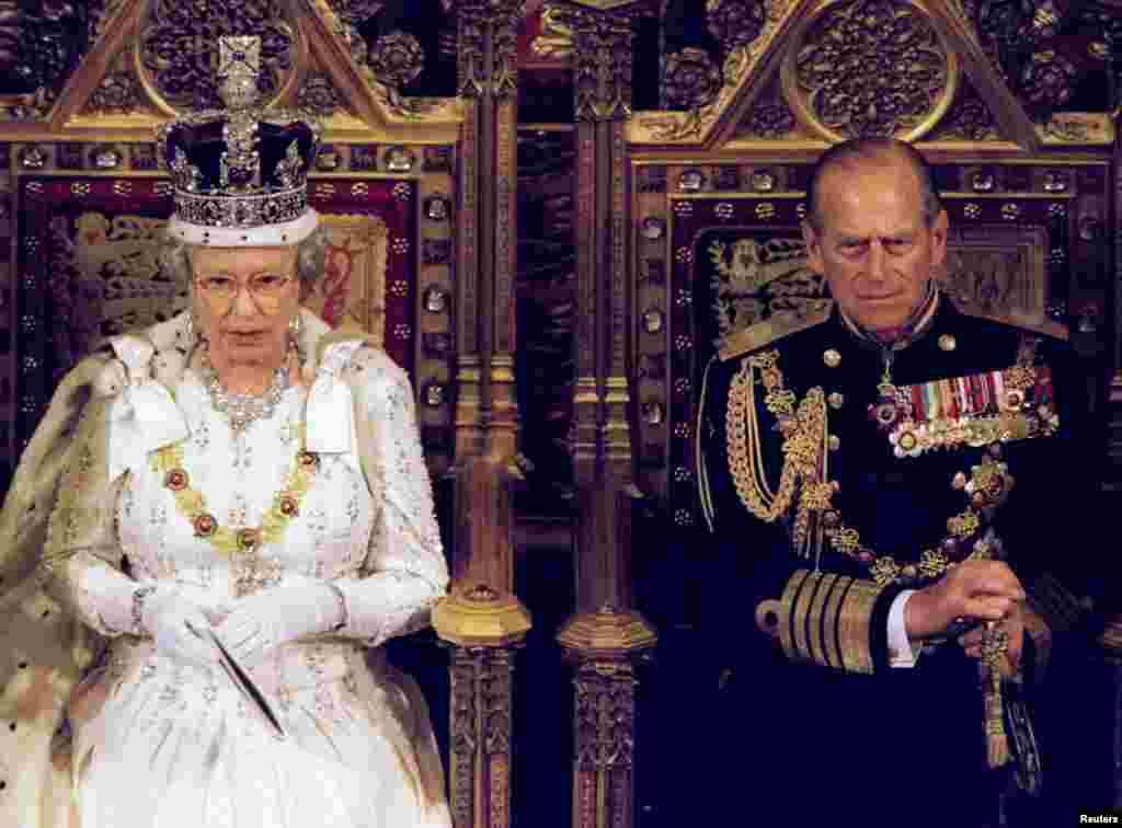 ملکه الیزابت دوم با همسرش فلیپ، در مراسم بازگشایی پارلمان.
