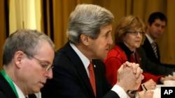 美國國務卿克里 (左二) 星期四在羅馬會晤敘利亞反對派領導人