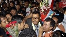 Seorang pemimpin gerakan demokratik Burma, Moe Thee Zun (tengah), disambut pendukung saat kembali ke Yangon. (Foto: AP)
