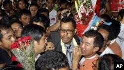 Một nhà lãnh đạo trong phong trào dân chủ Miến Điện, Moe Thee Zun (trung tâm) được bao quanh bởi những người ủng hộ tại sân bay quốc tế Yangon, Rangoon, Miến Điện, 1/9/2012
