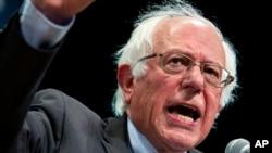 民主党总统参选人桑德斯在纽约向支持者讲话