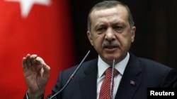 El primer ministro turco, Recep Tayyip Erdogan, confirmó que a bordo del avión iban municiones y equipos militares.