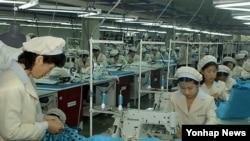 남북 합작사업인 북한 개성공단의 한 봉제공장에서 일하고 있는 근로자들.(자료사진)