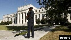 Một sĩ quan cảnh sát bên ngoài trụ sở chính của Cục dữ trự liên bang Hoa Kỳ.