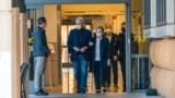 Cựu Tổng thống Bill Clinton cùng vợ rời bệnh viện hôm 17/10.