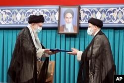 İran dini lideri Hamaney (solda) ve cumhurbaşkanı seçilen İbrahim Reisi (sağda)