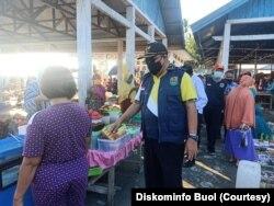 Wakil Bupati Buol Abdullah Batalipu memantau penerapan protokol kesehatan oleh warga yang berada di pasar Bongo, Kecamatan Bokat, Kabupaten Buol, Sulawesi Tengah, Kamis, 2 Juli 2020. (Foto: Diskominfo Buol)