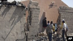 Le mur d'une église endommagée par une explosion le 23 décembre 2011 à Maiduguri