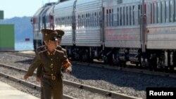 지난해 9월 북한 라진항에서 북한과 러시아를 잇는 철도 개통식이 열린 가운데, 북한 군인들이 철로 옆을 걷고 있다. (자료사진)