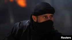 Miembro del grupo islamista sirio al-Nusra durante combates en la provincia de Raqqa, en el este de Siria.