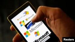 Microsoft akan membeli smartphone Nokia untuk bersaing melawan Apple dan Google (foto: dok).