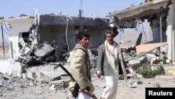 ក្រុមប្រយុទ្ធ Houthi ត្រួតពិនិត្យកន្លែងដែលខូចខាតដោយសារការវាយប្រហារតាមអាកាសនៅឯព្រលានយន្តហោះយេម៉ែន ក្នុងទីក្រុង Saada កាន់កាប់ដោយក្រុម Houthi នៅក្បែរព្រំដែនប្រទេសអារ៉ាប់ប៊ី សាអូឌីត កាលពីថ្ងៃទី៣០ ខែមីនា ឆ្នាំ២០១៥។