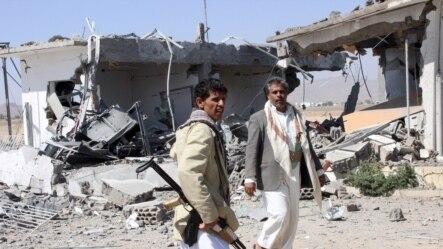 យុទ្ធជនរបស់ឧទ្ទាម Houthi ត្រួតពិនិត្យការខូចខាតដែលបណ្តាលមកពីការវាយប្រហារតាមអាកាសនៅឯព្រលានយន្តហោះនៅក្រុង Saada ភាគពាយព្យប្រទេសយេម៉ែន កាលពីថ្ងៃទី៣០ ខែមីនា ឆ្នាំ២០១៥។