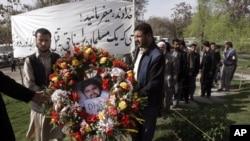 지난 2007년 4월 아프간 탈레반에 참수당한 통역사 아즈말 나크쉬반디의 장례식. (자료사진)