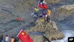 中國活動人士於星期三成功登上有爭議島嶼。