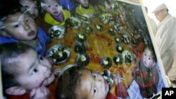 지난 2009년 9월 북한에 대한 식량과 인도주의적 지원을 위해 서울에서 열린 모금 행사에 영양부족 상태인 북한 어린이들의 사진이 걸려있다. (자료사진)
