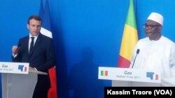 Le président français Emmanuel Macron, à gauche, et son homologue malien Ibrahim Boubacar Keita lors d'une conférence de presse conjointe à Gao, Mali, 19 mai 2017. (VOA/Kassim Traore)