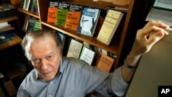 독재정권 붕괴에 기여한 것으로 알려진 책 '독재에서 민주주의로'(From Dictatorship to Democracy)의 작가 진 샤프 박사. (자료사진)
