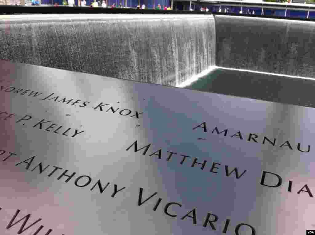 Spomenik u sjećanje žrtvama terorističkog napda na Svjetski trgovinski centar, 11. septembra 2001. (Photo: VOA / Sandra Lemaire)
