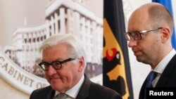 آرسنی یاتسنیوک نخست وزیر اوکراین (راست) و فرانک والتر اشتاینمایر وزیر امور خارجه آلمان