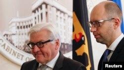 German Foreign Minister Frank-Walter Steinmeier, left, and Ukrainian Prime Minister Arseny Yatseniuk attend a news conference in Kiev, Nov. 18, 2014.