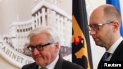 یوکرینی وزیرِاعظم جرمنی کے وزیرِ خارجہ (بائیں) کے ساتھ ملاقات کے بعد پریس کانفرنس سے خظاب کر رہے ہیں