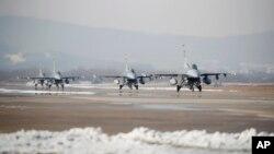 지난 2017년 12월 '비질런트 에이스' 미-한 연합공중훈련에 참여한 미 공군 소속 F-16 전투기들이 오산 공군기지에서 이륙 대기 중이다.