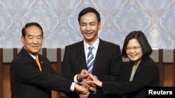 Ông James Soong (trái) bắt tay với bà Thái Anh Văn và ông Eric Chu trước cuộc tranh luận được truyền hình trực tiếp diễn ra trước cuộc bầu cử tổng thống Đài Loan, 27/12/2015.