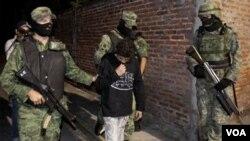 Tentara-tentara Meksiko pada hari Jumat menangkap seorang anak yang diduga direkrut untuk membunuh oleh seorang gembong narkoba di kota Cuernavaca, Meksiko.