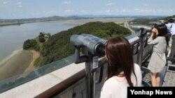 지난 13일 경기도 파주시 오두산 통일전망대에서 관람객들이 북한 황해북도 개풍군을 망원경으로 보고 있다.