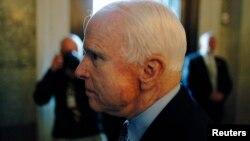 El senador republicano John McCain pidió al resto de republicanos en la Cámara de Representantes dejar de bloquear un acuerdo que impide la reapertura del gobierno y negociar sobre el techo de la deuda.